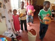 Kinder mit Bällen
