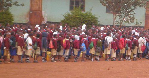Die Schulkinder warten vor der Schule auf den Unterrichtsbeginn.